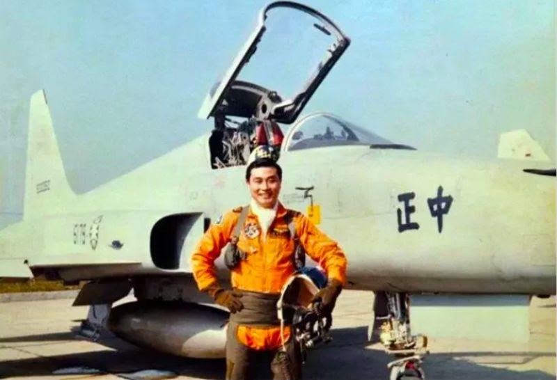 ▲退輔會主委馮世寬年輕時曾是F-5E戰機飛官。(圖/國防部發言人臉書)