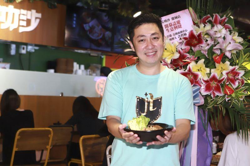 ▲艾成的餐飲品牌「艾叻沙」分店重新裝潢。(圖 / 民視提供)