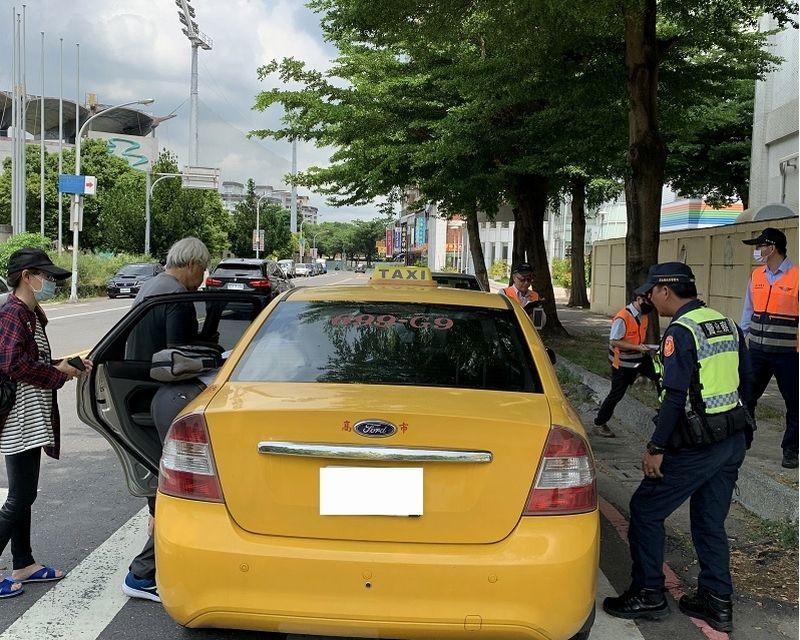 ▲屏東監理站不定期取締未按表計費的計程車。(圖/屏東監理站提供,