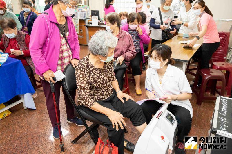 ▲活動中進行的骨密篩檢是採用定量超音波儀,是屬於骨質上初步的篩檢。(圖/記者陳雅芳攝,2020.10.29)