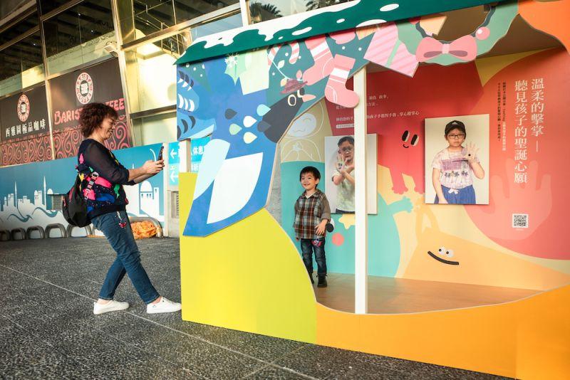 ▲今年清水服務區的「聖誕遊樂園」裝置藝術,藉由圖像拼湊孩子們的笑臉為主題,打造大型聖誕心願互動裝置。(圖/主辦方提供)