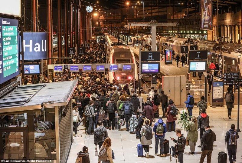 ▲除了自己開車,各大火車站也湧入大批人潮。(圖/翻攝自每日郵報)