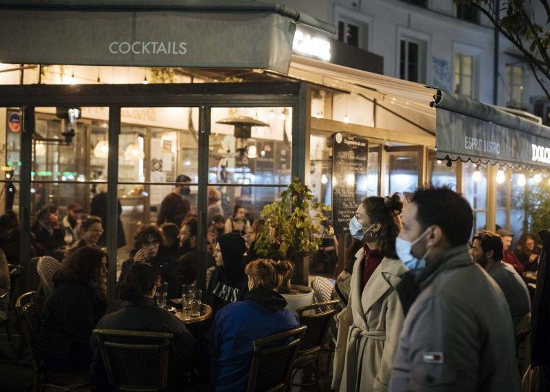 ▲不少民眾選擇享受封城前最後自由的時光,到餐廳、酒吧與親友相聚狂歡。(圖/美聯社/達志影像)