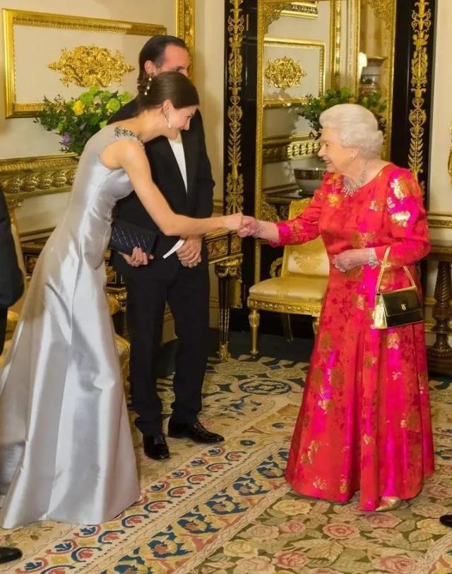 ▲因晉升為王妃,她也曾和英國女王會面。(圖/翻攝自推特)