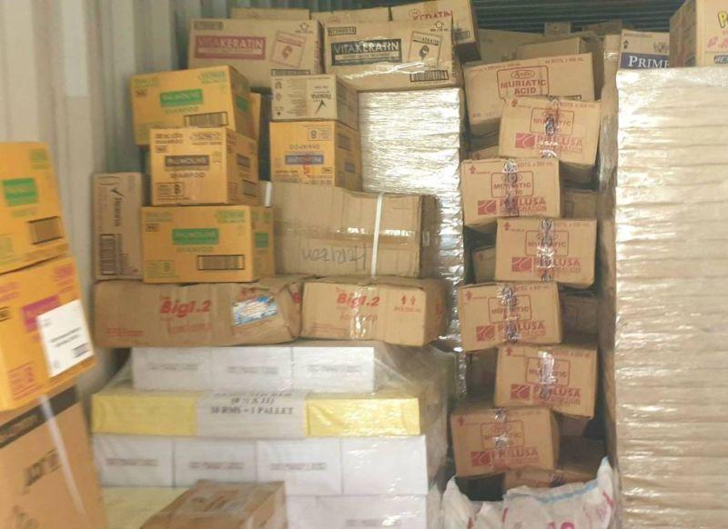 ▲轉口貨櫃匿藏未申報之菲律賓製白蘭地等多項酒品。(圖/記者黃守作攝,2020.10.30)