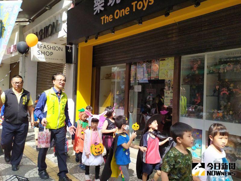 ▲「小鬼們」喊著「不給糖就搗蛋」,走街串巷拜訪永樂街特色店家。(圖/記者葉靜美攝,2020.10.30)