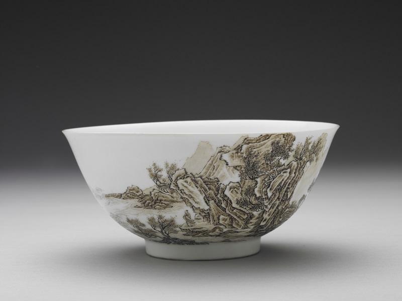 清雍正的琺瑯彩赭墨山水碗。(圖/故宮南院提供)