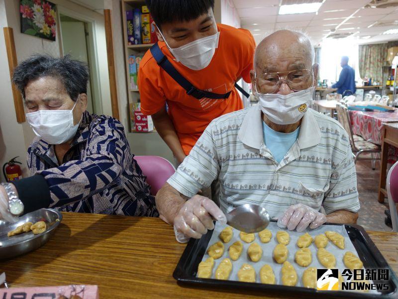 ▲88歲的陳阿公陪伴87歲的失智妻子楊阿嬤製作萬聖節餅乾。(圖/記者陳雅芳攝,2020.10.30)