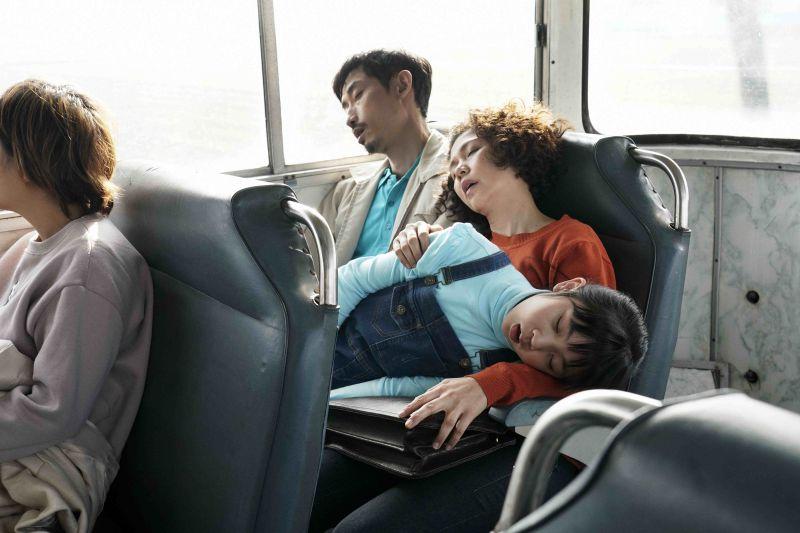 ▲陳竹昇(左)幫助于子育克服說台語的障礙。(圖