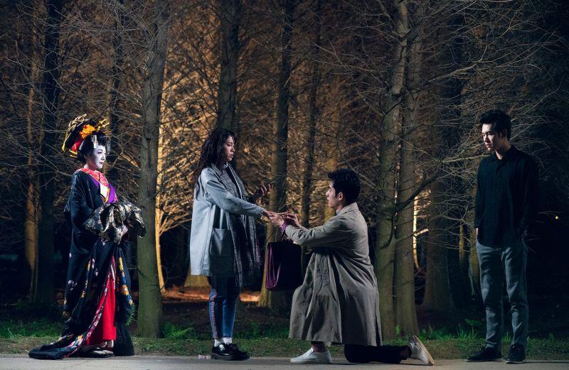 ▲ 張書豪(右二)在《腦波小姐》向歐陽妮妮(左二)求婚。(圖 / 麗象影業提供)