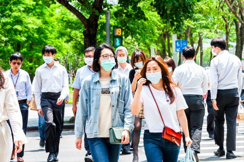 ▲台灣人民大多外出依舊會戴起口罩。(圖/取自Shutterstock)