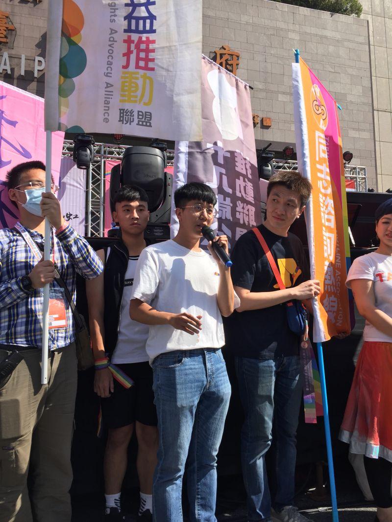 ▲張育萌表示,台灣同志遊行成人了,但可以看到台灣18歲的年輕人並沒有享受到完整的成人權利。(圖/記者黃仁杰攝,2020.10.31)