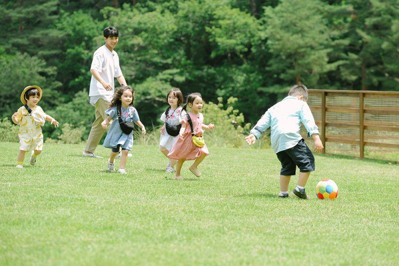 ▲李昇基與小孩們在大草皮上玩耍。(圖/中天提供)