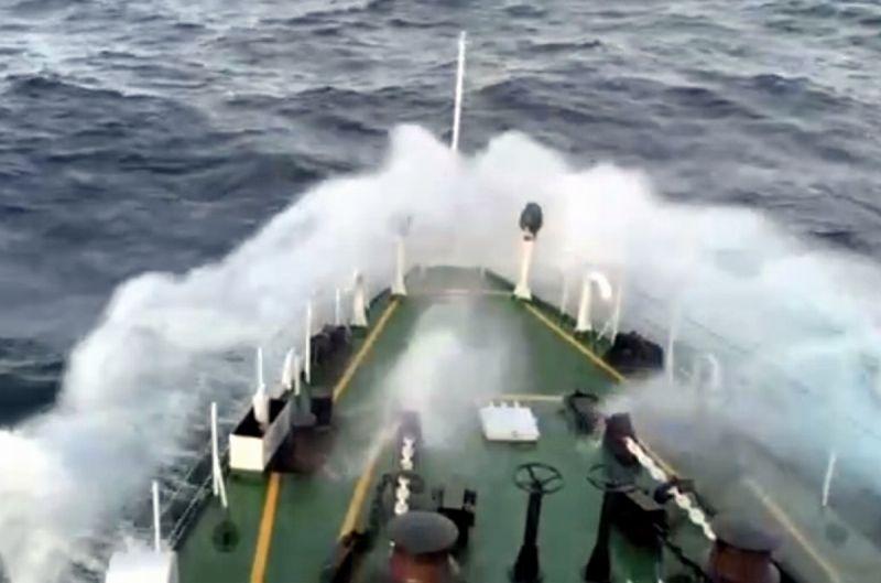 ▲因受颱風外圍環流影響,現場最大陣風高達11級,浪高6至7公尺,艦隊分署調派星艦前往馳援。(圖/海巡署艦隊分署提供,