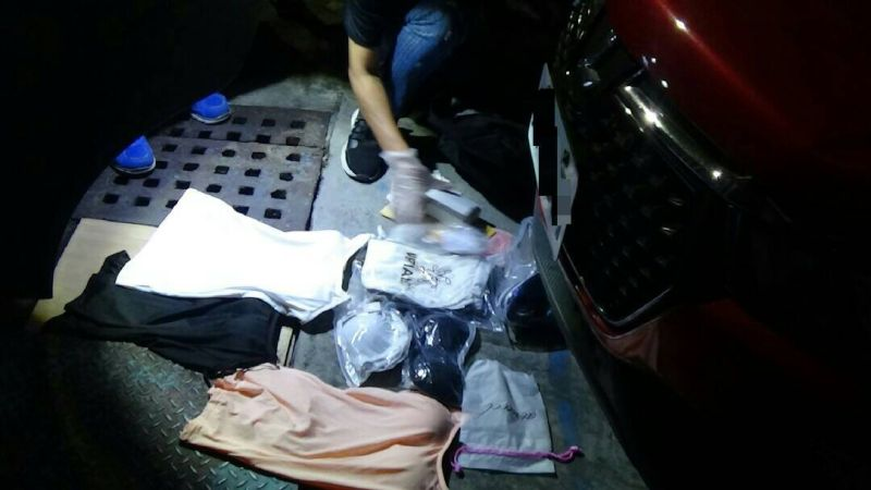 ▲警方於梁嫌車內搜出大量女性內衣。(圖/記者郭凱杰翻攝,2020.10.31)