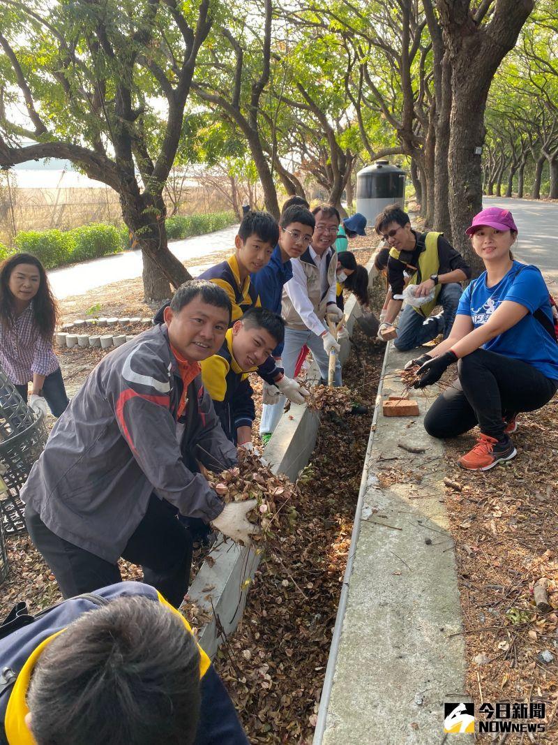 ▲一起清除河岸邊廢棄物及移除外來種植物。(圖/記者陳雅芳攝,2020.10.31)