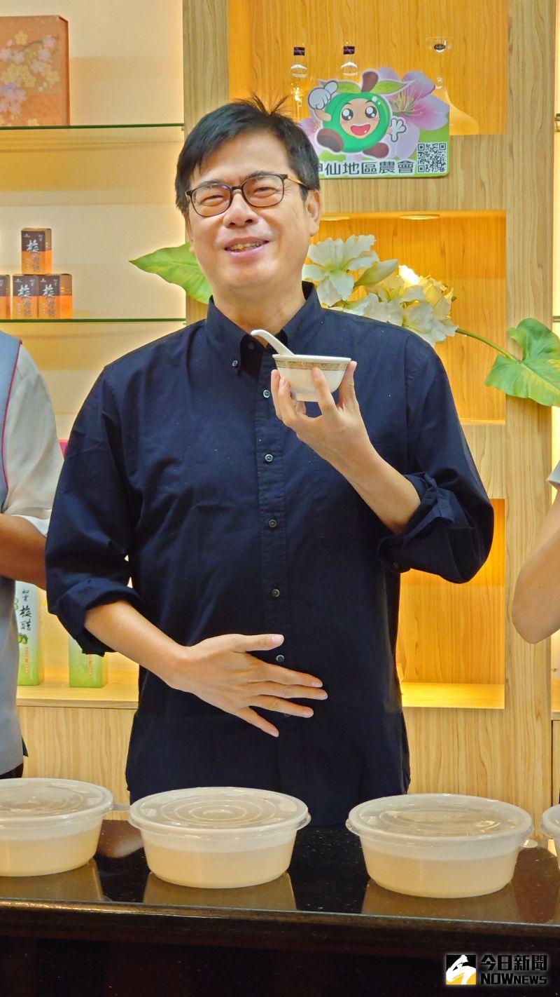 ▲高雄市長陳其邁吃了一口加了當地特產梅醋的愛玉,再摸摸自己的肚子,笑說肚子好像不見了。(圖/記者鄭婷襄攝)
