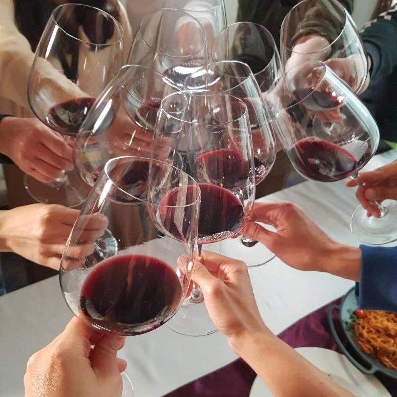 ▲浩子42歲生日收年份42年紅酒。(圖/翻攝浩角翔起笑一個官方粉絲專頁臉書)