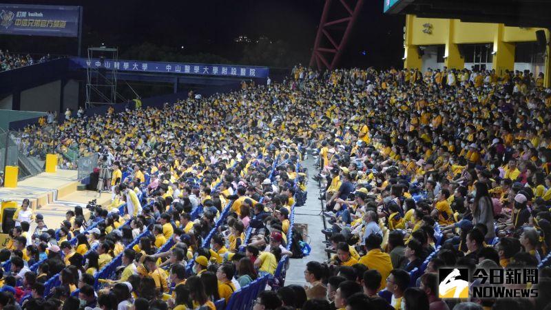 中職/象獅大戰吸引16500人進場 另類滿場高人氣