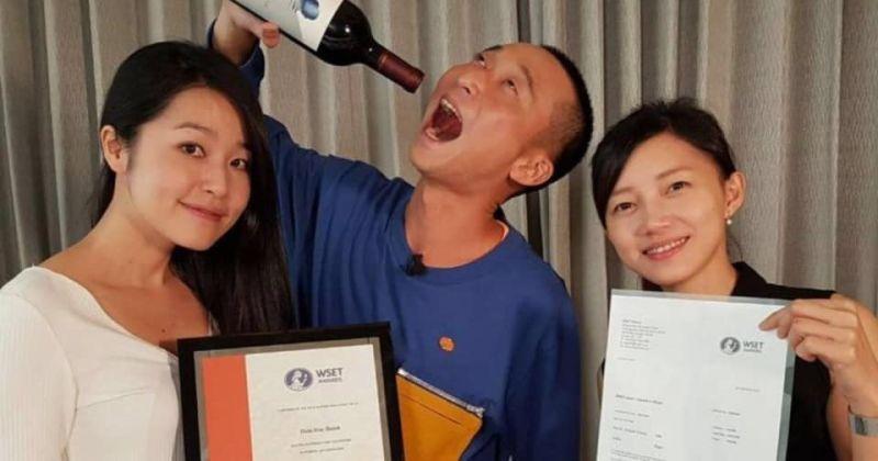 ▲浩子(中)考取一級品酒師。(圖/翻攝浩角翔起笑一個官方粉絲專頁臉書)