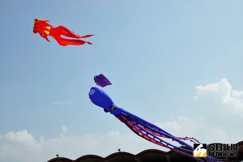 ▲鹿港入秋之後,吹起了東北季風,即為著名的九降風,今年特別將風箏節列入鹿港四季紅的年度活動。(圖/記者陳雅芳攝,2020.11.01)