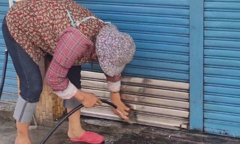 ▲梁姓凶嫌的住家遭人蛋洗,三位婦人受里長之託前來清洗。(圖/記者郭俊暉翻攝,2020.11.01)