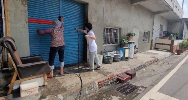 ▲婦人們花了半小時才將梁家的門面清理乾淨。(圖/記者郭俊暉翻攝,2020.11.01)