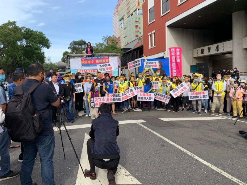 立院審<b>學校衛生法</b> 家長團體場外抗議:反萊豬進校園