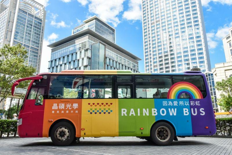 ▲晶碩光學彩虹巴士啟航,力挺台灣同志遊行。(圖/資料照片)
