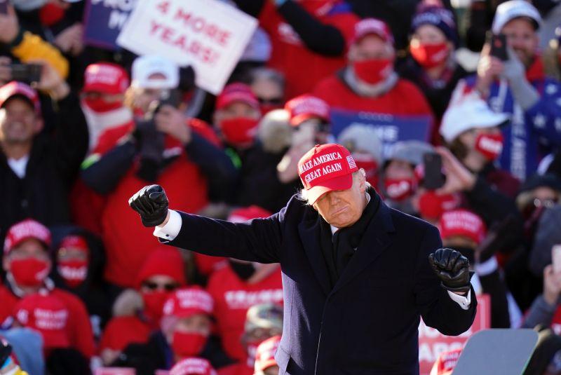 ▲美國總統川普11月1日在愛荷華州造勢。(圖/美聯社/達志影像)