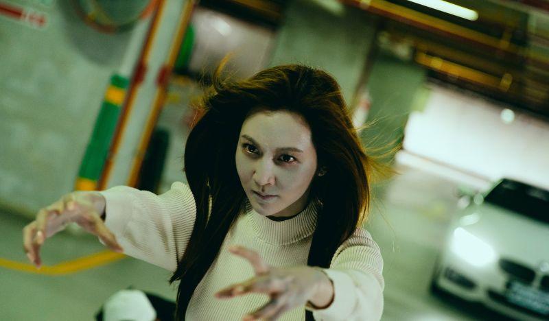 ▲曾莞婷扮女鬼模樣嚇壞觀眾。(圖