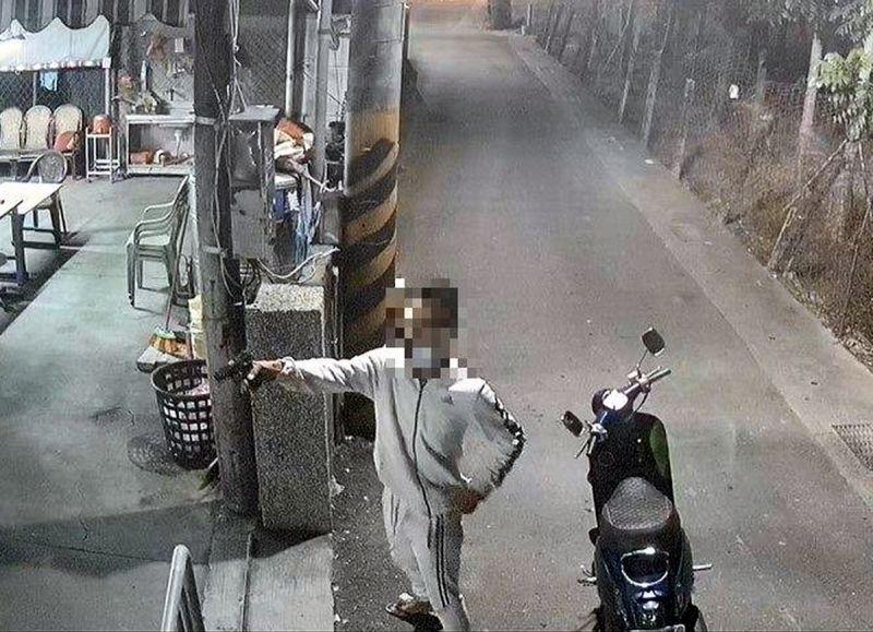 ▲28歲主嫌潘男子持改造手槍前往南州一間民宅開槍架勢十足。(圖/東港警分局提供,2020.11,02)