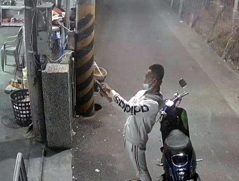 ▲潘嫌由於持改造手槍多次拉滑套,「哇﹗卡彈」未能擊發,又不斷拉槍機滑套。(圖/東港警分局提供,