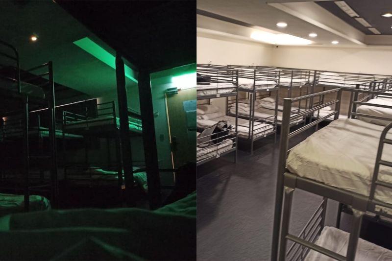 ▲旅館的擺設是鐵床上下鋪,床單、枕頭都是白色的,跟營區宿舍極為相似。(圖/翻攝自《爆怨2公社》