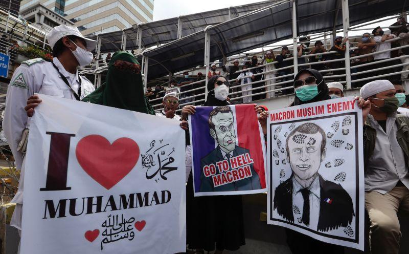 不滿馬克宏言論 印尼上千<b>穆斯林</b>法國使館外抗議