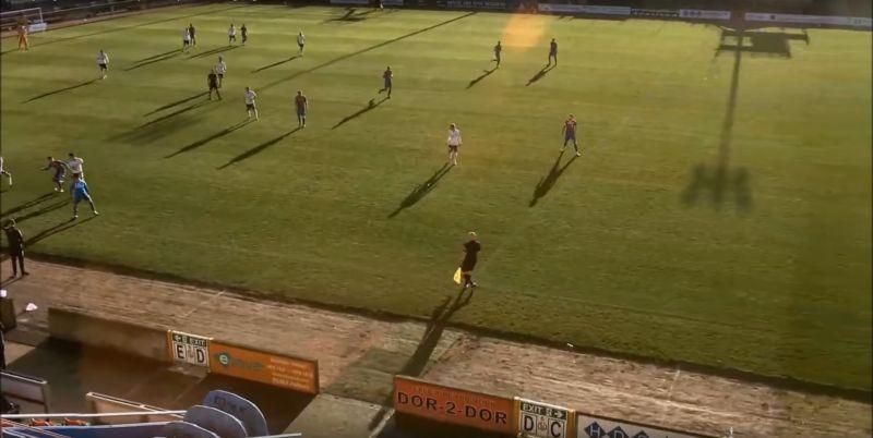 ▲上周末在蘇格蘭的一場足球比賽中,AI控制的攝影師誤把光頭裁判當作足球跟拍,讓收看轉播的球迷看了90分鐘的「頭」。(圖/翻攝自網路)