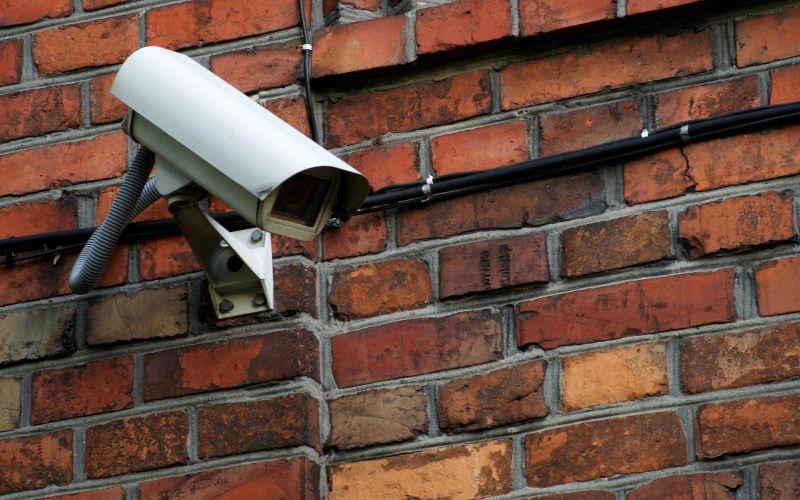 ▲有名女網友發文,表示最近鄰居家裝了一台監視器對著自己家門口,但也會拍到她家車庫,讓她非常介意,貼文一出,網友們反揭「1理由」狂讚。(示意圖/取自pixabay)