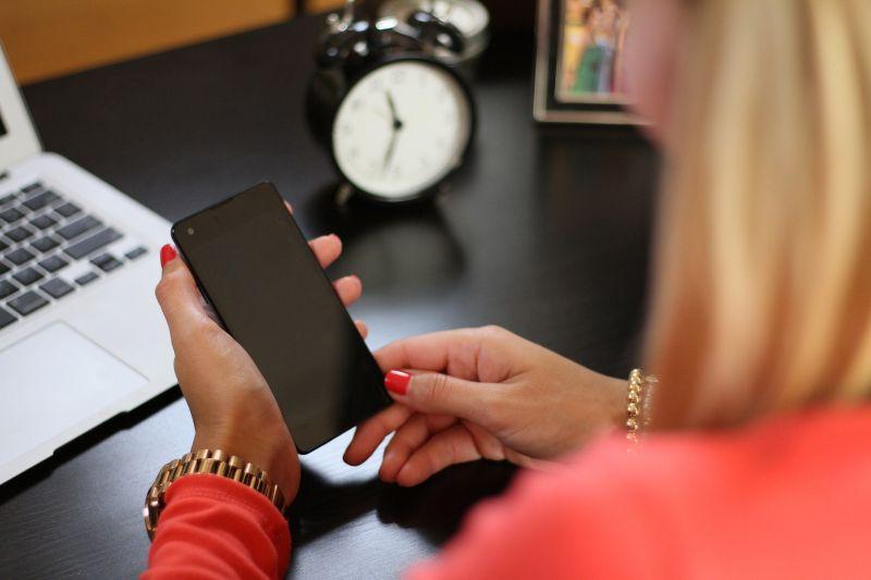 ▲一名女網友發文,表示日前因網路跑不動,打開Wi-Fi後發現某家電信的開放式網路可以用,她也就連上了,但當她收到帳單時臉綠了,直呼「太可怕」。(示意圖,圖中人物與文章中內容無關/取自 pixabay )