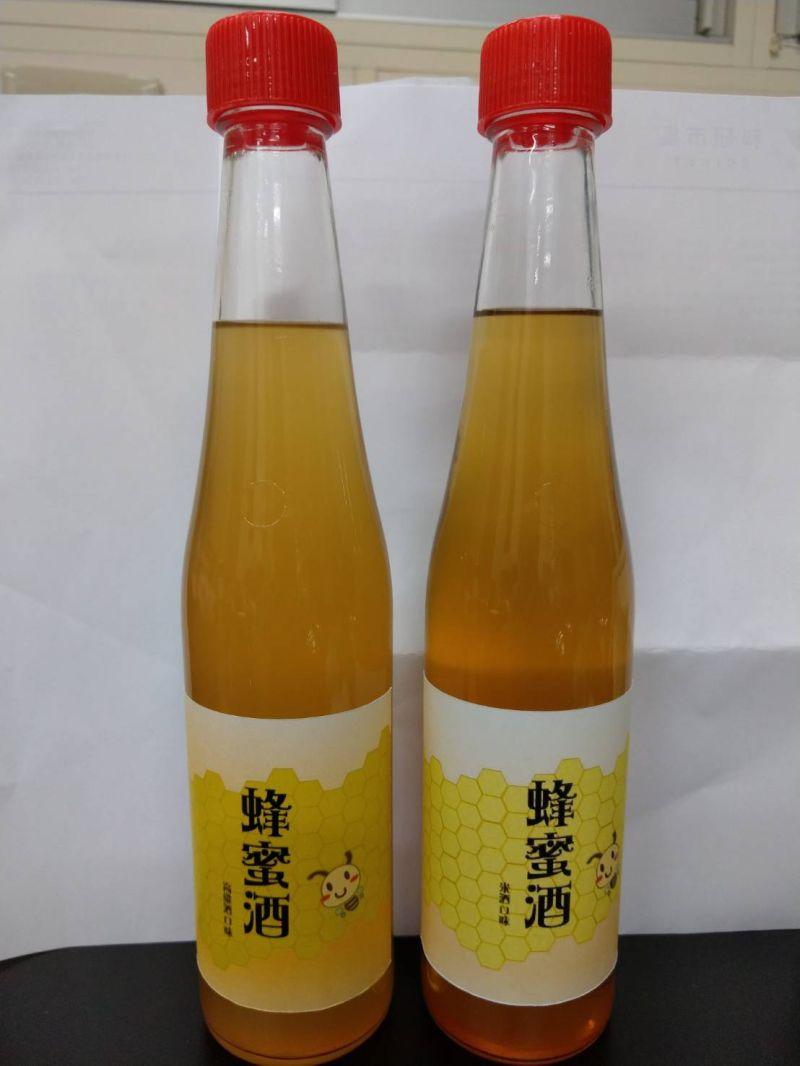 ▲黃積淵教授發表蜂蜜高粱酒。(圖/金門大學提供)