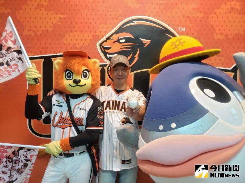 ▲統一獅在台灣大賽第3戰邀請到了導演黃信堯開球。(圖/黃建霖攝)