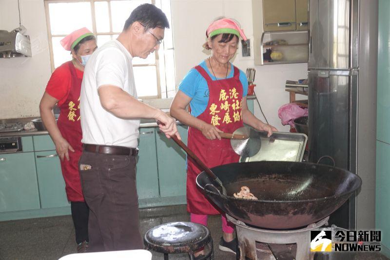 ▲鹿港鎮長許志宏探訪東崎社區,親自下廚幫長輩們炒道美味的菜。(圖/記者陳雅芳攝,2020.11.03)
