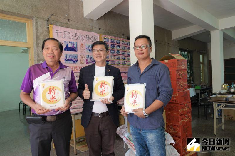 ▲鹿港鎮長許志宏帶著白米探訪東崎社區,幫長輩們加菜。(圖/記者陳雅芳攝,2020.11.03)