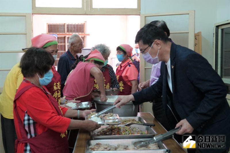 ▲東崎社區在每週二供餐,鹿港鎮長許志宏幫長輩們打菜。(圖/記者陳雅芳攝,2020.11.03)
