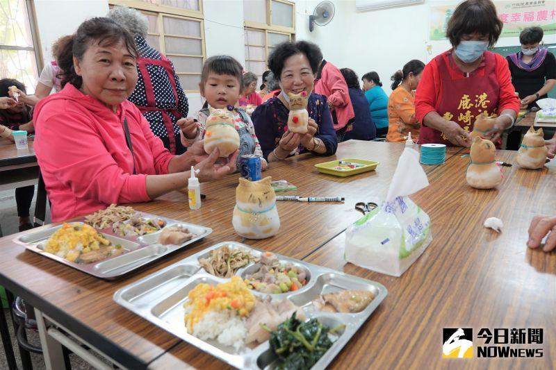 ▲鹿港鎮長許志宏探訪東崎社區,也對社區志工伙伴們的服務精神深表敬佩。(圖/記者陳雅芳攝,2020.11.03)
