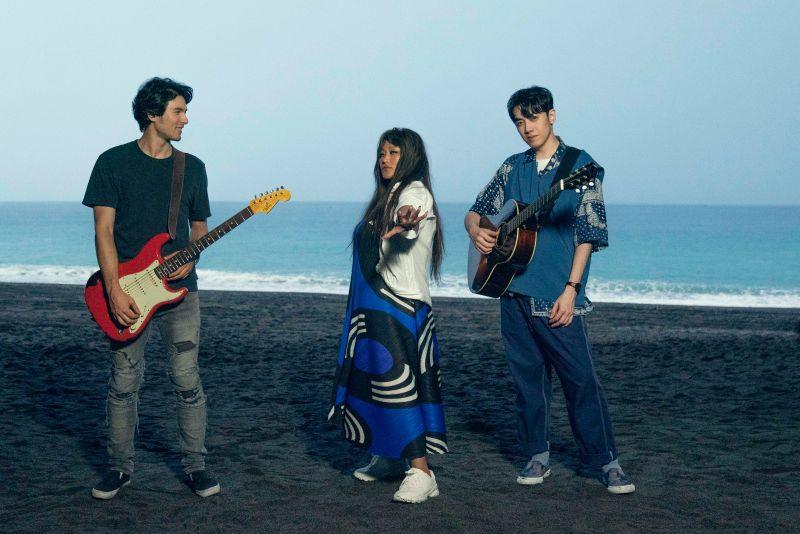 ▲家家、李友廷、鳳小岳一起合作拍攝歌曲《海洋》MV。(圖/相信音樂提供)