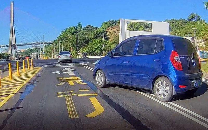 ▲任意跨越兩條車道行駛,依法舉發處罰新台幣600元以上900元以下罰鍰。(圖/屏東監理站提供,