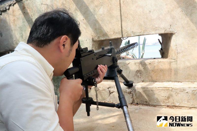 ▲龍門閉鎖陣地坑道內布有多部仿真機槍供遊客體驗,讓民眾可身歷其境部隊臨場感。(圖/記者張塵攝,2020.11.04)