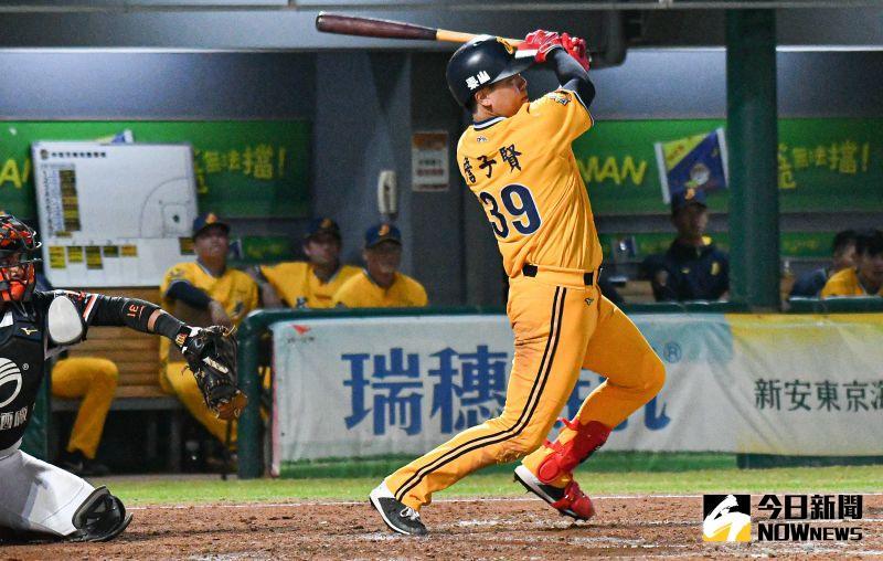 ▲中信兄弟外野手詹子賢敲出三分打點全壘打。(圖/記者葉政勳攝 , 2020.11.04)