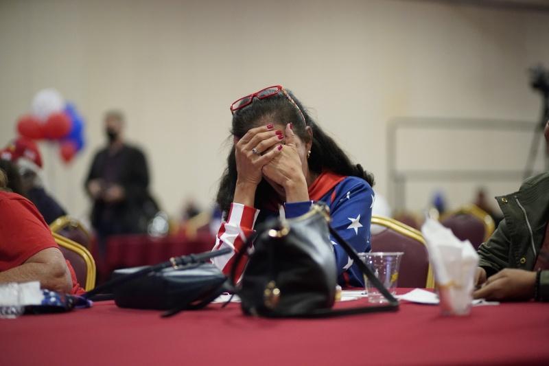 ▲美國大選陷入膠著,川普宣稱投開票過程有瑕疵而告上法院。圖為疲憊的川普支持者。(圖/美聯社/達志影像)