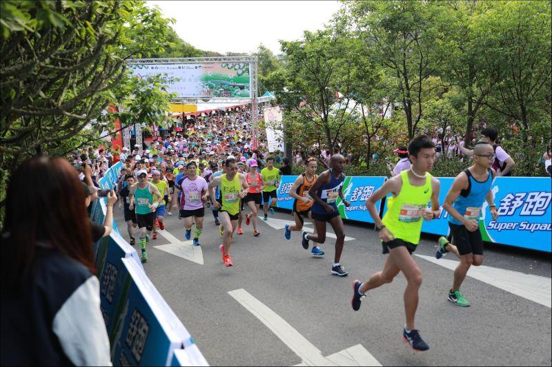 最浪漫的路跑   竹縣戀戀桐花馬拉松四千餘名跑者參與